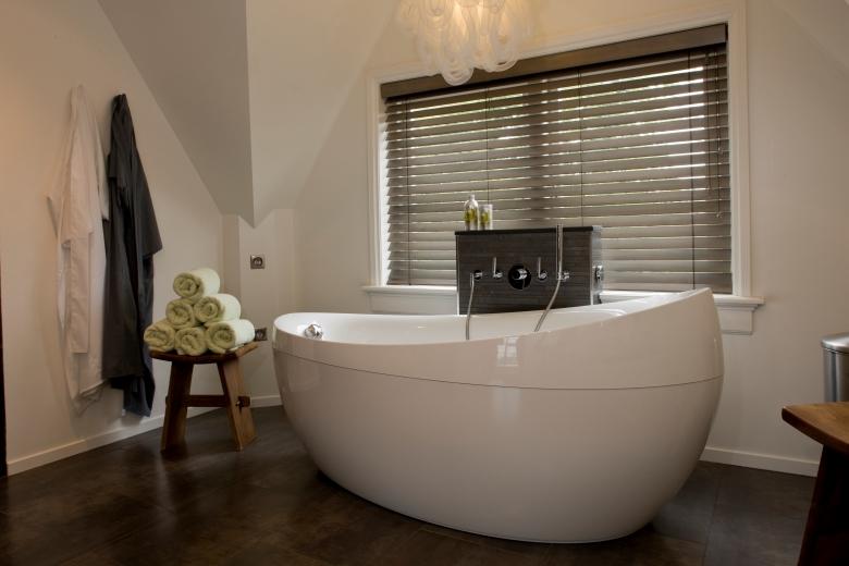 Shuttersy I żaluzje Drewniane W łazienki Jasno